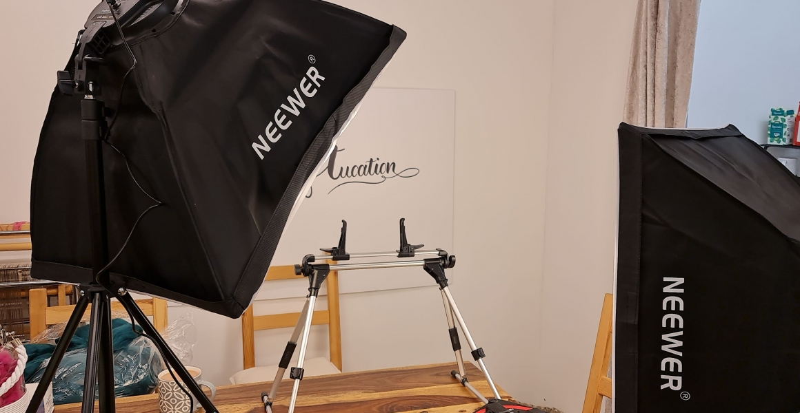 Picture showing the recording setup with lights and a camera stand
